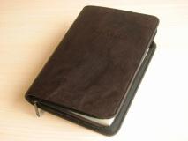 ЧЕХОЛ НА БИБЛИЮ. Коричневый цвет, кож. зам. полиуретан, пластик, молния /разные размеры/