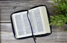 БИБЛИЯ 045 JZB Темно-синяя, звезды, джинс, молния, сереб. срез с голографическим напылением, закладка /120х165/